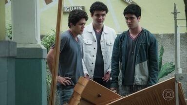 Os meninos finalmente levam o armário para a ONG - Hugo pede ajuda ao pai para pagar o vidro do carro. Alex, Kavako e Hugo concluem que teria saído muito mais barato pagar por um frete