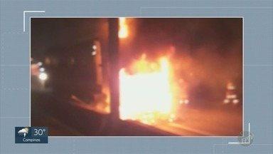 Carreta pega fogo e causa interdição parcial na Rodovia Anhanguera, em Campinas - Duas faixas e o acostamento, no sentido capital, ficaram interditados. Trecho foi liberado às 4h20.