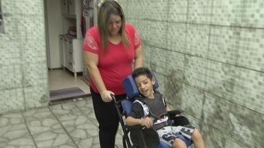 Pais de menino com paralisia cerebral lutam para conseguir cadeira de rosas - Casal está desempregado e fez uma vaquinha virtual para arrecadar o dinheiro.