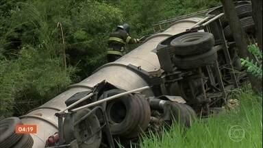 Acidente entre caminhão e carreta mata duas pessoas em SP - Acidente aconteceu em uma rodovia de Jundiaí. A via teve que ser interditada e causou um grande congestionamento.