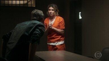 Beto visita Luzia na prisão - Beto informa pra Luzia que Laureta sequestrou Rosa e ela se desespera pensando no filho.