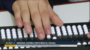 Menina supera deficiência visual e se destaca nas aulas de Matemática - A alfabetização começou aos dois anos.
