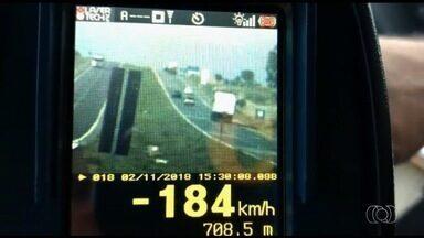 PRF registra mais de 2 mil multas nos primeiros dias da operação do feriado de Finados - Um carro foi flagrado a 184 km/h na BR-050, no sudeste goiano.
