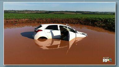 Ladrões roubam carro e, na fuga, caem em caixa de contenção de água - Roubo aconteceu em Campo Mourão. Ninguém foi preso.