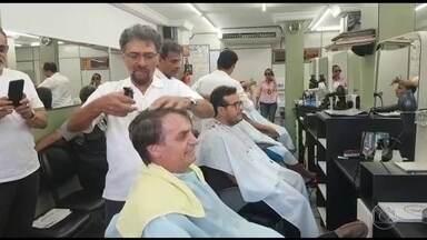 Presidente eleito Jair Bolsonaro vai à Zona Norte do Rio cortar o cabelo - Ele já tinha cortado o cabelo em casa, mas sua assessoria informou que ele foi se despedir do cabeleireiro de décadas em Bento Ribeiro. E visitou a casa onde morou, no mesmo bairro.