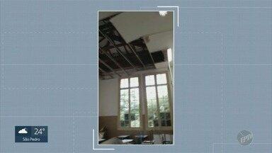 Escola estadual tem sala de aula interditada após temporal do fim de semana em Campinas - Alunos do colégio Dom Barreto tiveram atividades em outra sala com o desabamento de parte do forro do prédio.