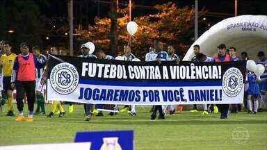 Torcedores e jogadores fazem homenagem ao jogador Daniel - Foi na vitória do São Bento contra o Coritiba
