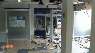 Bandidos explodem duas agências bancárias em Chapadão do Sul, MS - Segundo a polícia, os assaltantes usaram fuzis e metralhadoras. Criminosos fazem funcionários de lotérica reféns durante assalto em Ceilândia (DF).