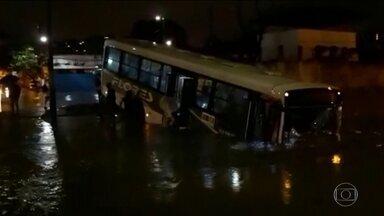 Chuva forte alaga ruas e causa transtornos no estado do Rio de Janeiro - Em São João de Meriti, um ônibus caiu dentro de um canal. Também na Baixada Fluminense, motoristas ficaram presos na enchente. Em Magé, uma agência bancária ficou alagada. No Centro do Rio, uma árvore foi derrubada.