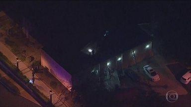 Doze pessoas morrem após homem entrar atirando em casa noturna na Califórnia - Doze pessoas morreram depois que um homem armado entrou atirando em uma casa noturna, na Califórnia. O atirador também morreu.