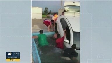 Vídeo de carro quei caiu dentro da piscina viraliza nas redes sociais - Caso foi em Garça, no interior de SP. Vídeo mostra grupo de amigos tentando tirar o carro de dentro da piscina durante um churrasco.