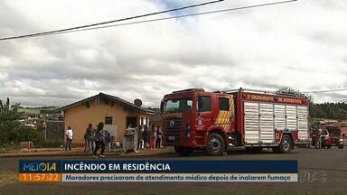Moradores são socorridos depois de inalarem fumaça em incêndio, em Ponta Grossa - O incêndio foi na manhã desta sexta-feira (09).