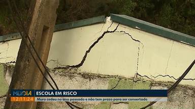 Muro de escola de Jaguariaíva ainda não tem prazo para ser consertado - O colégio interditou algumas salas de aula depois que um muro cedeu e ficou escorado pela parede de algumas salas.