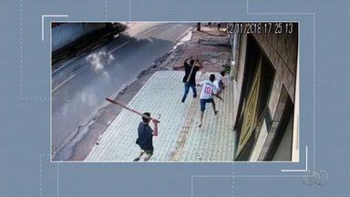 Morre adolescente torcedor do Vila Nova espancado a pauladas em Goiânia - Jovem estava na UTI do Hugo; 'dor grande', disse pai. Polícia Civil disse que suspeitos são membros de torcida organizada do Goiás.