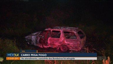Carro bate e pega fogo no contorno norte - Durante o atendimento a viatura dos bombeiros foi atingida por outro carro. O motorista fugiu do local