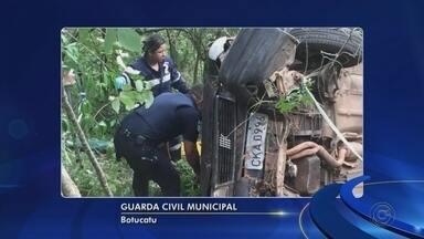 Motorista embriagado cai em ribanceira e passageiro fica preso às ferragens em Botucatu - Um motorista embriagado provocou um acidente na tarde deste domingo (11) na estrada municipal Elias Alves, em Botucatu (SP).
