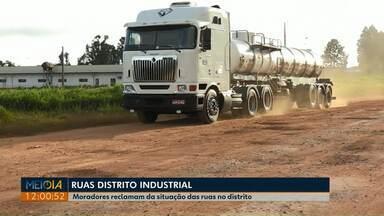 Motoristas reclamam das ruas do Distrito Industrial em Ponta Grossa - Quantidade de buracos em rua de terra é a principal reclamação.