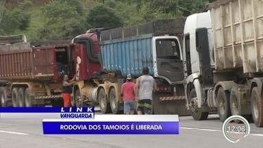 Após quatro dias de interdição, rodovia dos Tamoios é liberada - Segundo a concessionária, no trecho de serra as câmeras de monitoramento ainda não estão operando. Chuvas levaram vários postes e está sem energia no local.