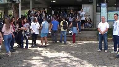 Estudantes se apressam para não perder o segundo dia do Enem, em Mogi das Cruzes - No segundo e último fim de semana de provas, os candidatos tiveram cinco horas para responder questões de matemática, química, física e biologia.