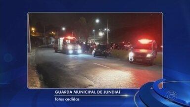 Criminosos furtam carro e se envolvem em acidente após perseguição em Jundiaí - Um carro furtado se envolveu em um acidente que deixou duas pessoas feridas na Avenida Samuel Martins, em Jundiaí (SP), na noite deste domingo (11).