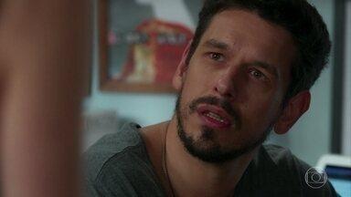 Alain estranha os questionamentos de Cris sobre seu roteiro - Ela discorda da versão de Alain que diz que o Danilo tirou a vida de Julia.