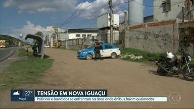 Policiais e bandidos se enfrentam onde ônibus foram queimados em Nova Iguaçu - Desde sábado (10), moradores enfrentam o medo, com ônibus e carros incendiados por bandidos. Um suspeito ficou ferido.