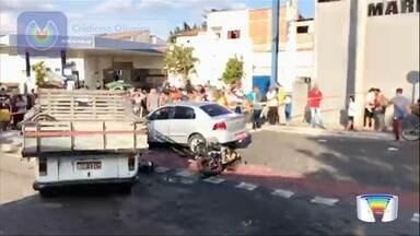 Motociclista morre em acidente na SP-66 em São José - Vítima seguia pela estrada velha São José-Jacareí quando colidiu contra a lateral direita da kombi. Com o impacto, ele foi arremessado e a moto foi parar debaixo de um táxi que seguia na via. Samu foi acionado, mas vítima morreu no local.