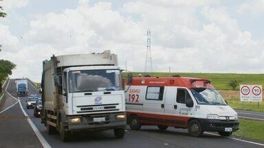 Motorista e motociclista ficam feridos após acidente em rodovia de Bauru - Carro ficou com frente destruída após bater em guard-rail da Rodovia João Batista Cabral Rennó. Piloto de moto que tentava ultrapassagem perdeu equilíbrio e caiu.
