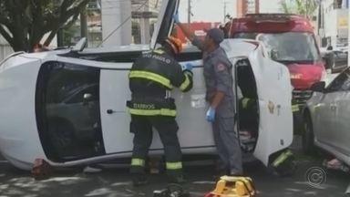 Motorista perde controle do carro, atinge veículos estacionados e tomba na rua em Bauru - Acidente interditou a quadra 23 da Rua Treze de Maio no Jardim Estoril. Corpo de Bombeiros fez o resgate da motorista.