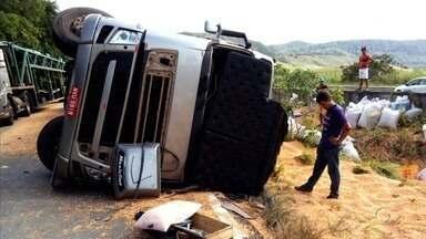 Motorista perde controle e tomba carreta no município de Flexeiras, AL - Trânsito ficou lento na região.