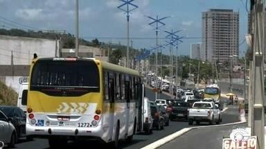 Trânsito para o litoral alagoano aumenta no feriado - AL TV 1ª edição mostra fluxo de veículos.