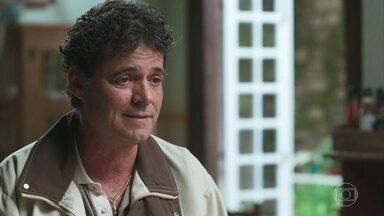 Gentil pede para Américo ir com ela ao banco - Ele fica desesperado quando Gentil diz que o elenco do filme foi para a casa de Julia