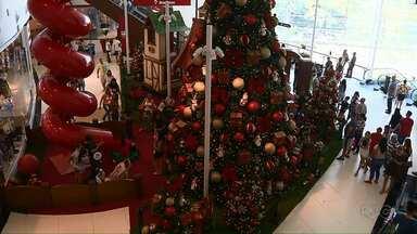 Comerciantes de Londrina apostam no Natal para alavancar as vendas - Aos poucos, a cidade vai entrando no clima das festas de fim de ano.