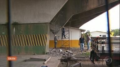 Prefeitura de São Paulo corre contra o tempo para recuperar a parte do viaduto que cedeu - Operários passaram a noite toda no local para evitar que a situação se agravasse.