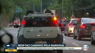 Reportagem do Bom Dia São Paulo percorre a pista local da Marginal Pinheiros - Trânsito está carregado no sentido Castello Branco.