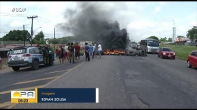Moradores de Benevides interditaram ontem a rodovia BR-316 - O bloqueio causou grande engarrafamento.