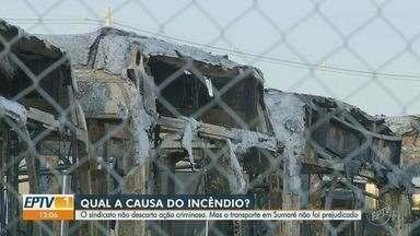 Incêndio em garagem destrói sete ônibus da empresa Ouro Verde em Sumaré - Pelo menos sete coletivos foram atingidos pelas chamas, que começaram por volta de 22h. Transporte segue normal nesta sexta-feira (16).