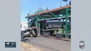 Caminhão cegonha fica preso na linha do trem em Ribeirão Preto, SP - O veículo ficou preso na Rua Espírito Santo, no bairro Ipiranga.
