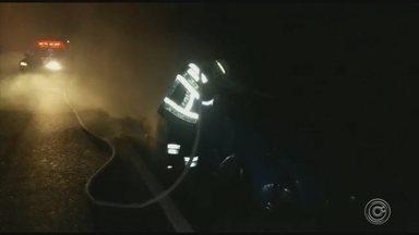 Carro pega fogo às margens do Rio Jundiaí em Várzea Paulista - Um carro pegou fogo em Várzea Paulista (SP) na noite desta quinta-feira (15).
