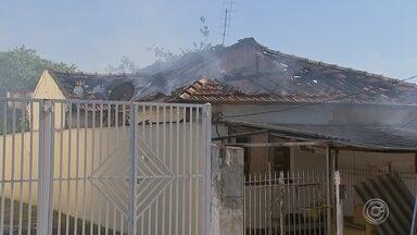 Incêndio em casas mobiliza Corpo de Bombeiros em Sorocaba - Um incêndio em duas casas na Vila Haro, em Sorocaba (SP), mobilizou o Corpo de Bombeiros na manhã desta sexta-feira (16).