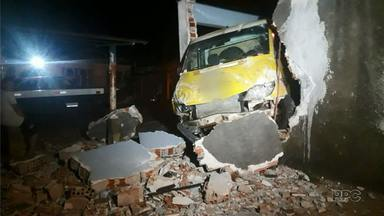 Van invade casa e destrói muro em Londrina - Ninguém se machucou.