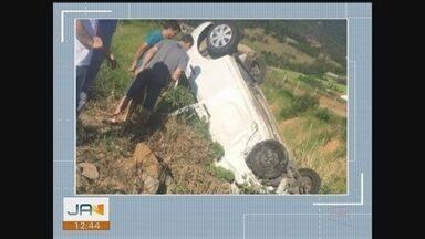 Três ficam feridos após motorista sofrer mal súbito e perder o controle do veículo - Três ficam feridos após motorista sofrer mal súbito e perder o controle do veículo