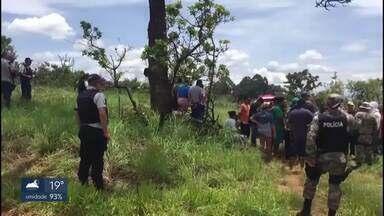 Invasores desafiam autoridades e voltam a ocupar área de preservação ambiental - A área fica no Riacho Fundo Um e é usada pela Embrapa para pesquisas. No feriado de 15/11, a polícia ambiental já tinha levado para a delegacia 60 invasores.
