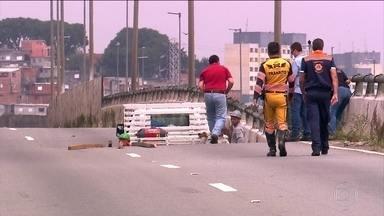 """Prefeitura de São Paulo alerta que o viaduto corre o risco de desabar - """"Existe a possibilidade de ruína"""", disse Vitor Aly, secretário de Infraestrutura Urbana. Segmento comprometido desceu mais sete milímetros."""