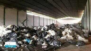 Lixo encontrado em galpão há uma semana ainda não foi totalmente retirado - Lixo encontrado em galpão há uma semana ainda não foi totalmente retirado