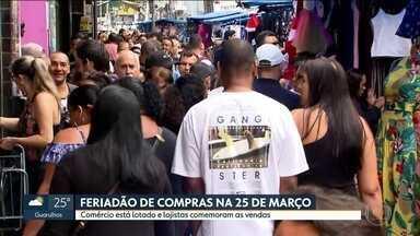 Região da 25 de março está lotada neste sábado - Muita gente aproveitou a folga para fazer compras. Lojistas estão felizes com o movimento.