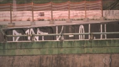 Degrau é pichado no viaduto da Marginal Pinheiros - Apesar de todo o perigo de desabamento do viaduto na Marginal Pinheiros, a parte baixa que se formou com o degrau foi alvo de vandalismo. O desnível amanheceu pichado neste sábado (17).