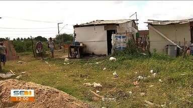 Justiça determina que ocupantes de terreno em Socorro saiam do local - Revoltados, os ocupantes resistiram e chegaram a atear fogo na vegetação.
