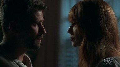 Luz tenta convencer Gabriel a ficar em Serro Azul - Sóstenes e Geandro conversam sobre o mistério. Luz chora e recebe visita de León