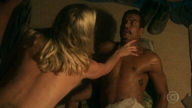 Marilda sai de seu esconderijo, e Fabim acorda e a vê - Leonardo registra a primeira-dama saindo nua do casarão